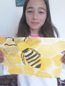 Sophia-Müller qui tient une image dessinée d'une abeille